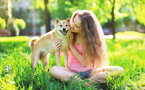 Девушка с собакой в летнем парке